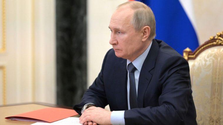 Путин запретил взыскание долгов с минимального дохода граждан